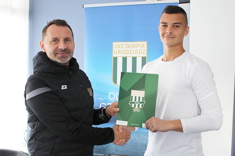 Nikodem Sujecki podpisuje kontrakt z Olimpią Grudziadz.